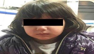 O fetiță de trei ani, găsită singură noaptea într-un centru comercial din Chișinău. Poliția caută părinții