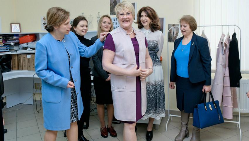 Foto: Brandurile DIN INIMĂ au acum doi noi ambasadori. Ţinutele vestimentare moldoveneşti, apreciate de diplomaţii externi