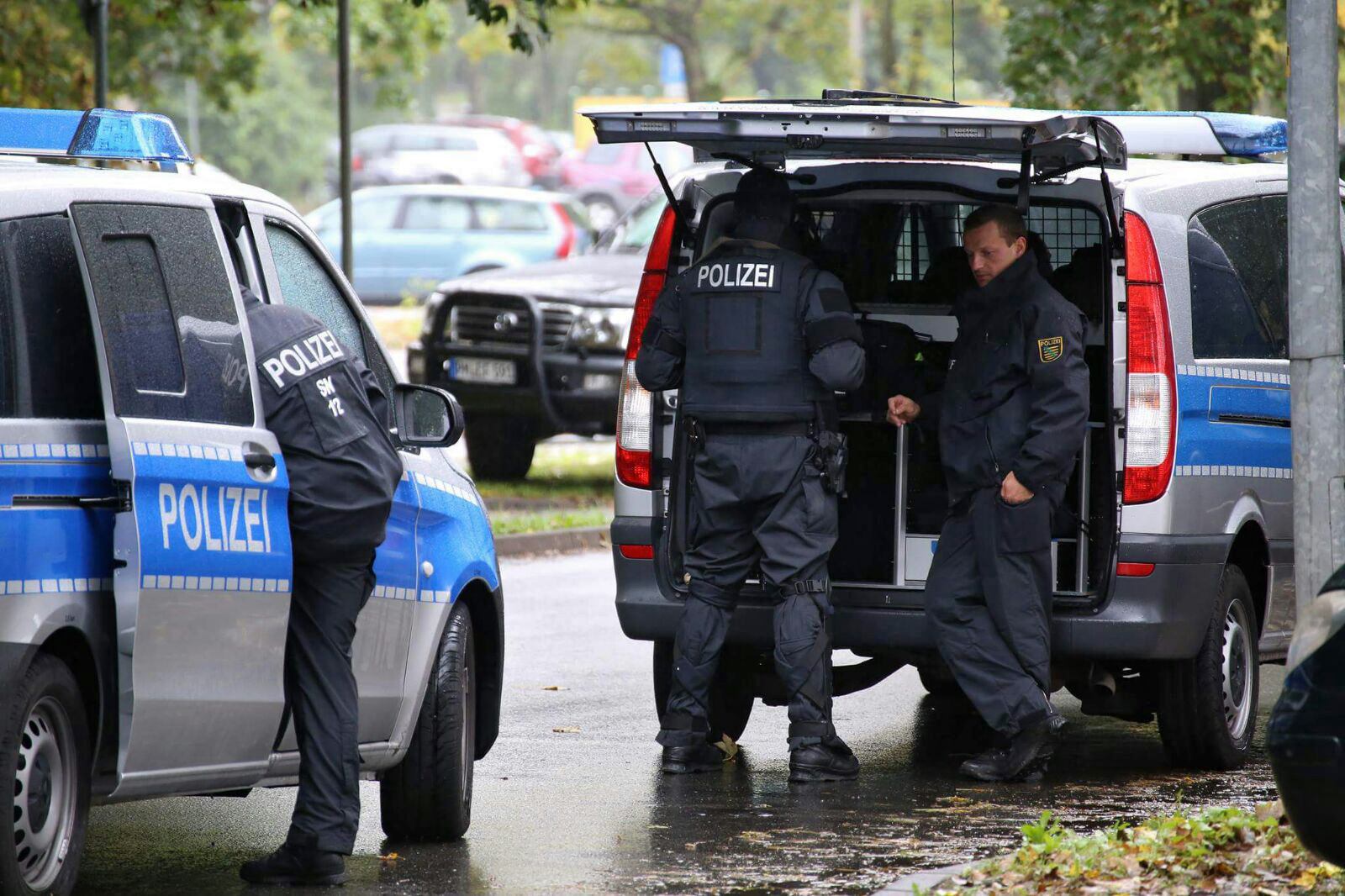 epa05576149 Police officers in Chemnitz, Germany, 8 October 2016. A large-scale police operation is underway in response to a possible bomb attack in an area of Chemnitz. EPA/BERND MAERZ