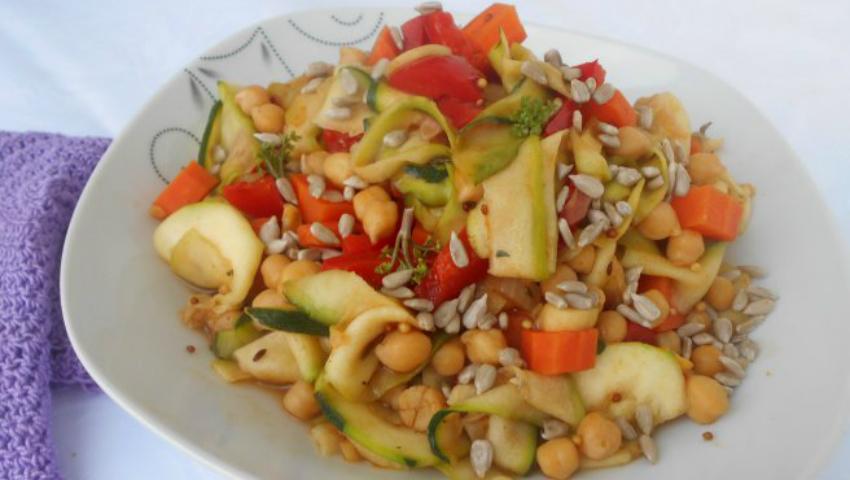Foto: Salată de legume cu năut
