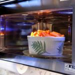 Foto: 8 produse pe care nu trebuie să le pui în cuptorul cu microunde