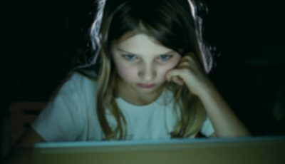 Psihologii vorbesc despre fenomenul de manipulare psiho-emoțională prin mediul online! Află cum să-ți protejezi copilul