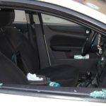 Foto: Un hoţ a spart o maşină, dar a fost văzut de un poliţist care stătea la balconul casei sale!
