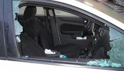 Un hoţ a spart o maşină, dar a fost văzut de un poliţist care stătea la balconul casei sale!