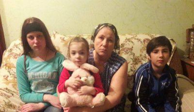 Trei copii cer ajutorul pentru a putea aduce acasă corpul neînsuflețit al mamei