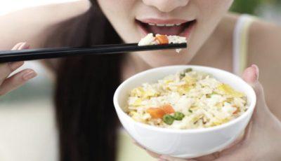 Ți-e somn după ce mănânci? Unele alimente ar putea fi cauza