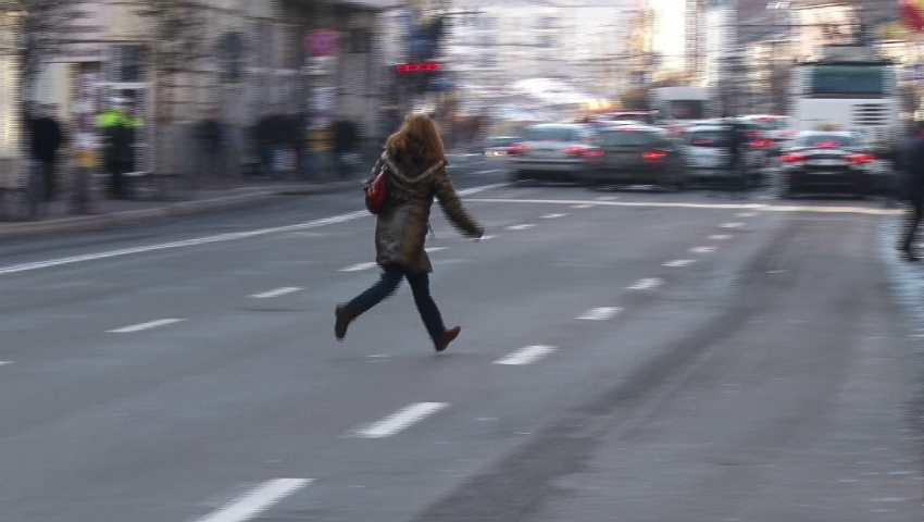 Foto: Zeci de pietoni care au traversat neregulamentar strada au fost amendați de poliție!