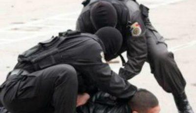 Doi bărbați, reținuți la vamă pentru trafic de persoane