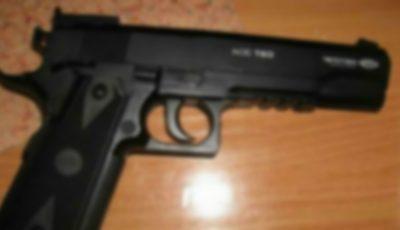 Tragedie! O fetiță de trei ani s-a împușcat cu arma pneumatică a tatălui său