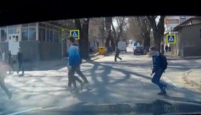 Un conducător auto din Capitală era cât pe ce să lovească câțiva copii pe trecerea de pietoni! Imagini video
