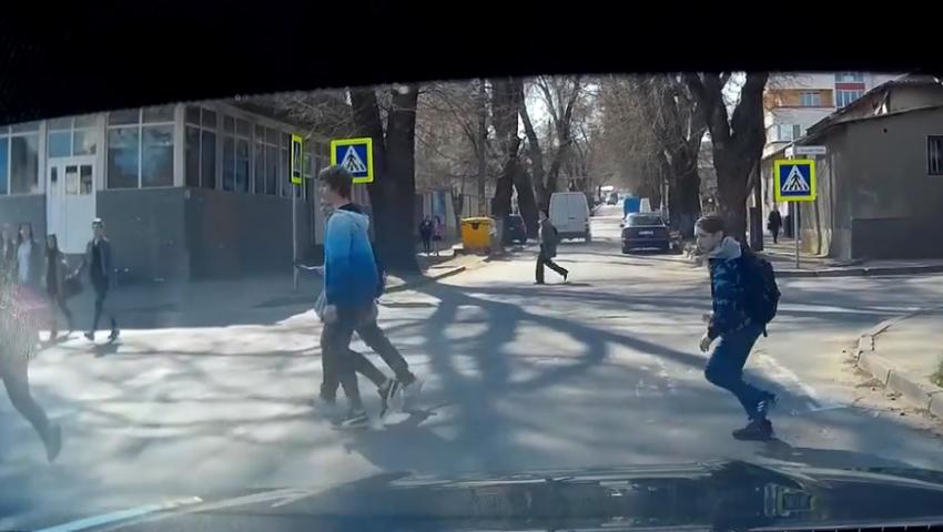 Foto: Un conducător auto din Capitală era cât pe ce să lovească câțiva copii pe trecerea de pietoni! Imagini video