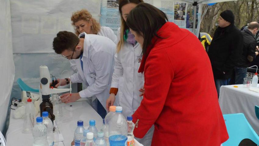 Foto: Ziua Mondială a Apei: Chișinăuienii au testat gratuit apa pe care o consumă, iar antrenorii Unica Sport au înviorat atmosfera