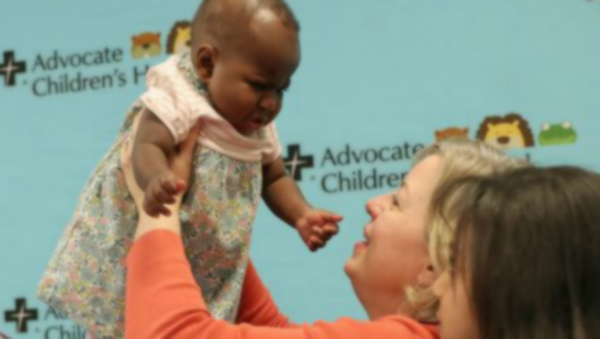Foto: O fetiță născută cu patru picioare a fost operată cu succes la Chicago!