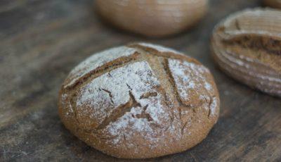 Un tânăr din Căușeni coace pâine din făină integrală cu maia de casă!