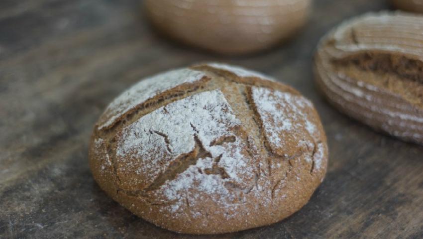 Foto: Un tânăr din Căușeni coace pâine din făină integrală cu maia de casă!