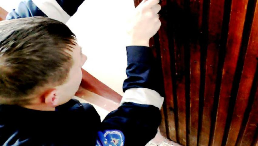 Foto: Doi copii de 4 ani au rămas blocați în apartamente, după ce părinții i-au lăsat singuri acasă