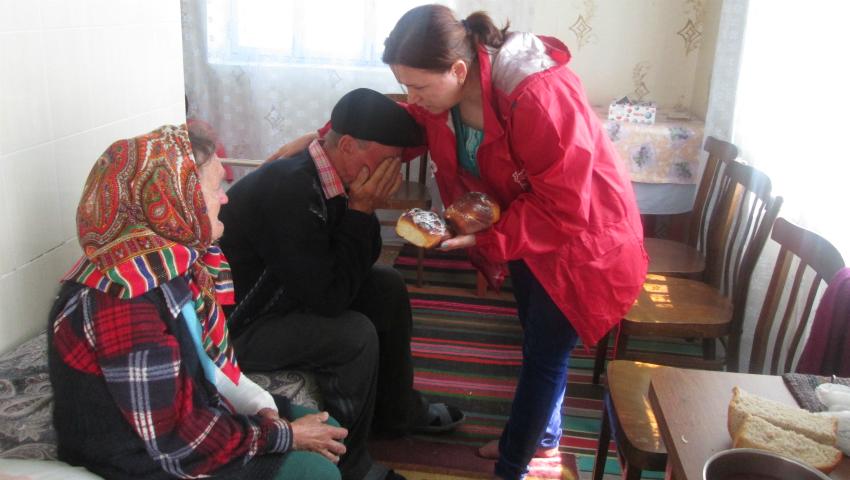 Foto: Cozonaci oferiți persoanelor nevoiașe din țară