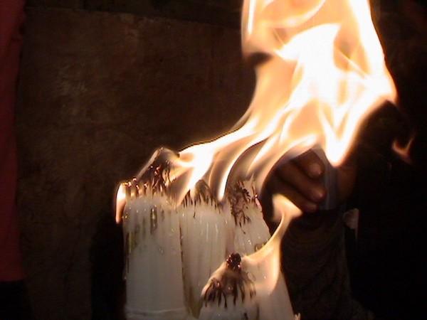 Sfânta Lumină, care vreme de câteva minute, nu arde. O lumină minunată,