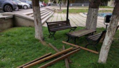 Revoltător! Bănci vandalizate într-un scuar al Capitalei