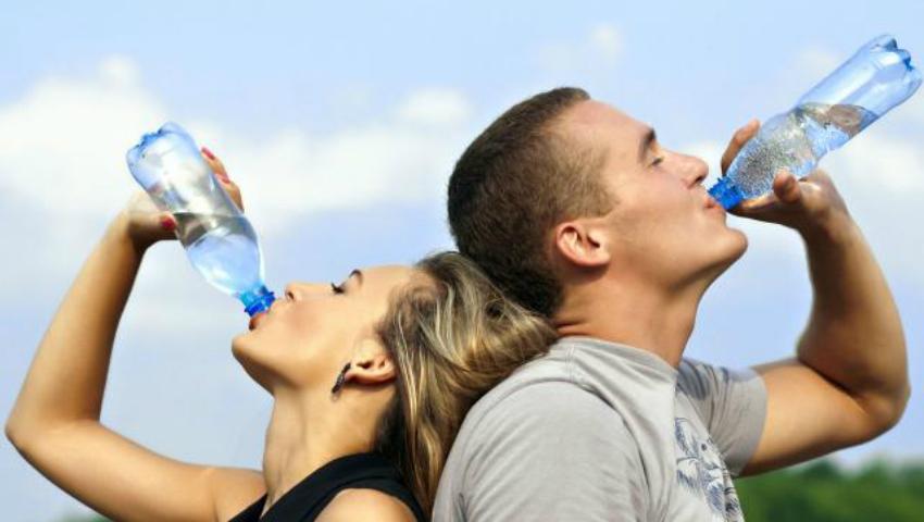 Foto: Câtă apă trebuie să bem ca să slăbim?!