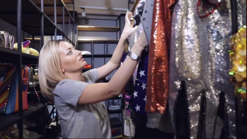 Foto: Delia are o garderobă cât jumătate de casă! Sunt sute de ținute în ea