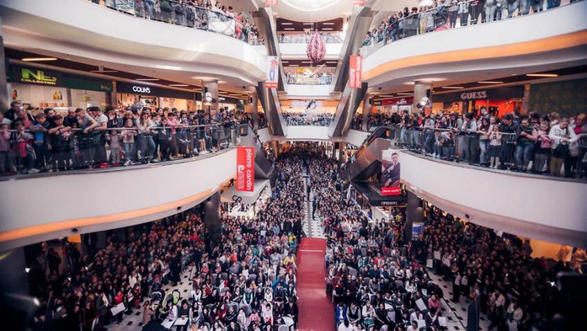 """Foto: Sute de moldoveni s-au îmbulzit pentru a o vedea pe Ezgi Asaroglu din """"Bahar: Viață furată!"""""""