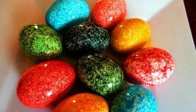 Poți vopsi ouăle de Paște cu orez! Rezultatul e uimitor