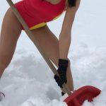 Foto: O prezentatoare TV, la curățat zăpada în costum de baie!