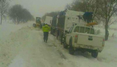 Nămeți de până la doi metri în Sudul Moldovei! Vezi drumurile care sunt blocate