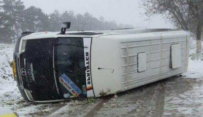 Un microbuz plin cu elevi care mergeau într-o excursie s-a răsturnat pe șosea! Imagini foto
