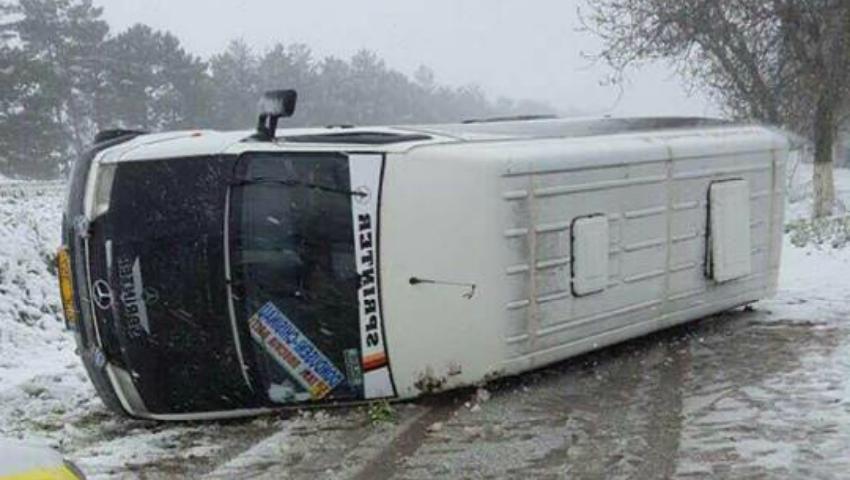 Foto: Un microbuz plin cu elevi care mergeau într-o excursie s-a răsturnat pe șosea! Imagini foto