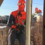 Foto: Video! Un tânăr în costum de spiderman coboară cu flori la fereastra iubitei însă greşește etajul