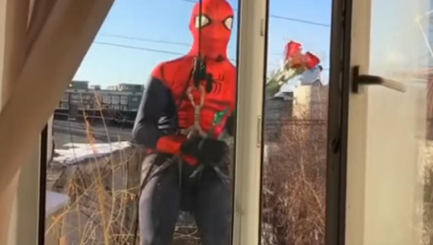 Video! Un tânăr în costum de spiderman coboară cu flori la fereastra iubitei însă greşește etajul
