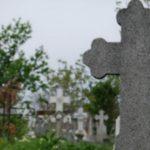 Foto: O fetiță de 11 ani a murit într-un cimitir după ce o cruce a căzut peste ea