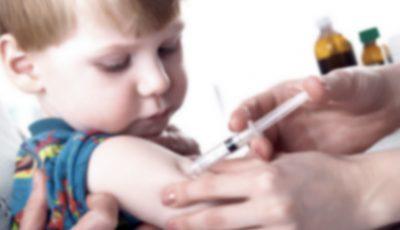 O asistentă medicală a mimat că a vaccinat 550 de copii! Ce riscă femeia