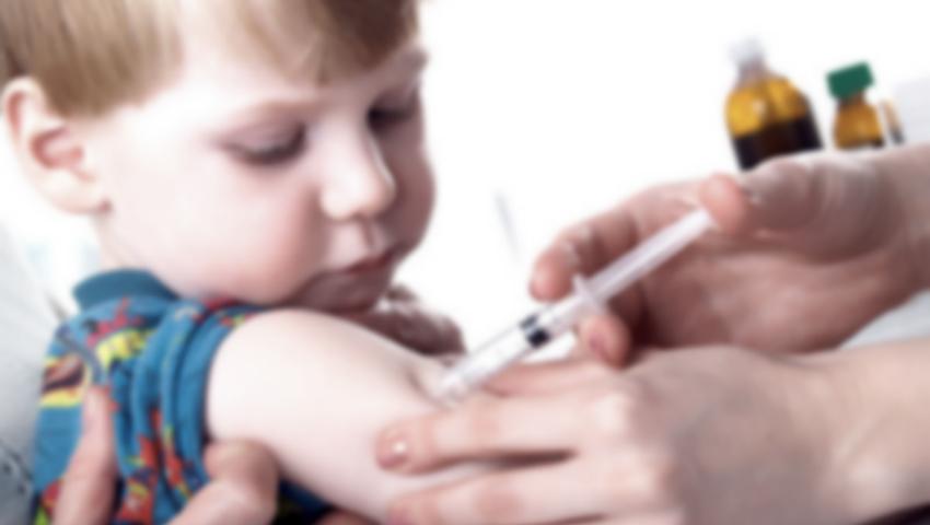 Foto: O asistentă medicală a mimat că a vaccinat 550 de copii! Ce riscă femeia