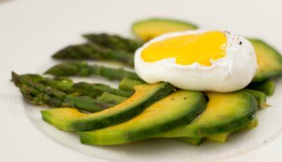 Mic dejun regal. Ouă poşate cu sparanghel