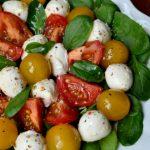 Foto: Salată cu spanac, mozzarella şi roşii cherry