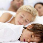 Foto: Dormi cu copiii în pat? Cum poate influenţa acest lucru comportamentul celor mici