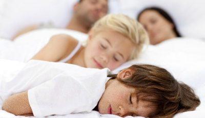 Dormi cu copiii în pat? Cum poate influenţa acest lucru comportamentul celor mici