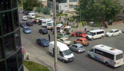 Un microbuz cu pasageri, implicat într-un grav accident din Capitală. Patru ambulanțe la fața locului