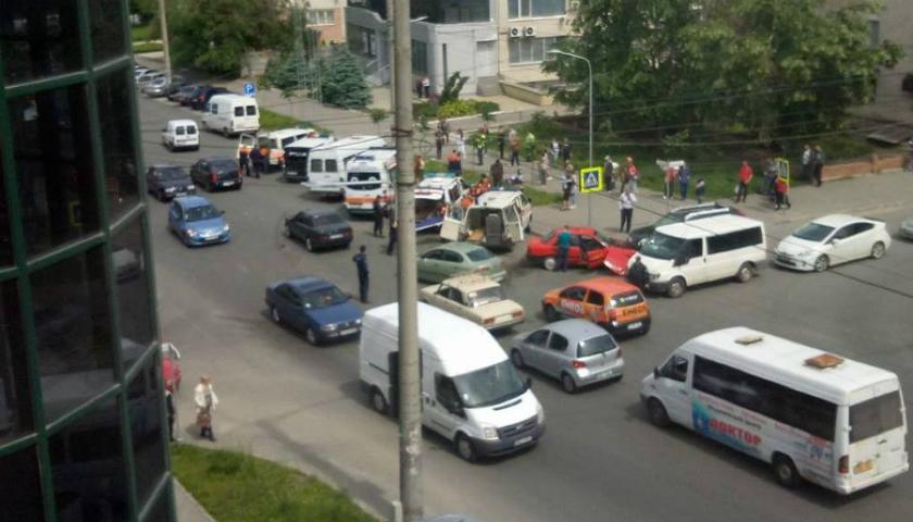 Foto: Un microbuz cu pasageri, implicat într-un grav accident din Capitală. Patru ambulanțe la fața locului
