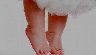 Un bebeluș a făcut primii pași imediat după naștere. Video