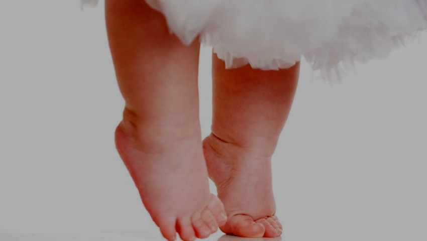 Foto: Un bebeluș a făcut primii pași imediat după naștere. Video