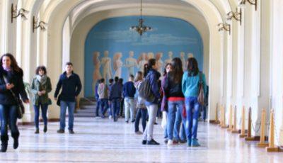 România reduce la jumătate numărul burselor acordate studenților din Republica Moldova