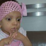 Foto: Micuța Camelia suferă de retard în dezvoltare. Părinții ei cer ajutor!