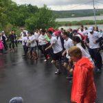 Foto: Zeci de persoane au alergat prin ploaie pentru a susține femeile care suferă de cancer mamar!