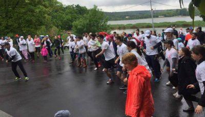 Zeci de persoane au alergat prin ploaie pentru a susține femeile care suferă de cancer mamar!