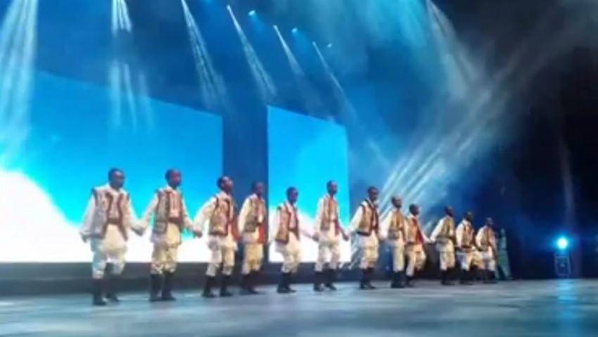 Foto: VIDEO Un dans cum n-a văzut Parisul! Africanii dansează pe ritmurile muzicii populare moldoveneşti