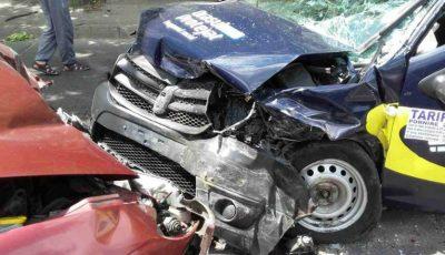 Accident în Capitală: Un taximetrist şi doi pasageri au ajuns la spital